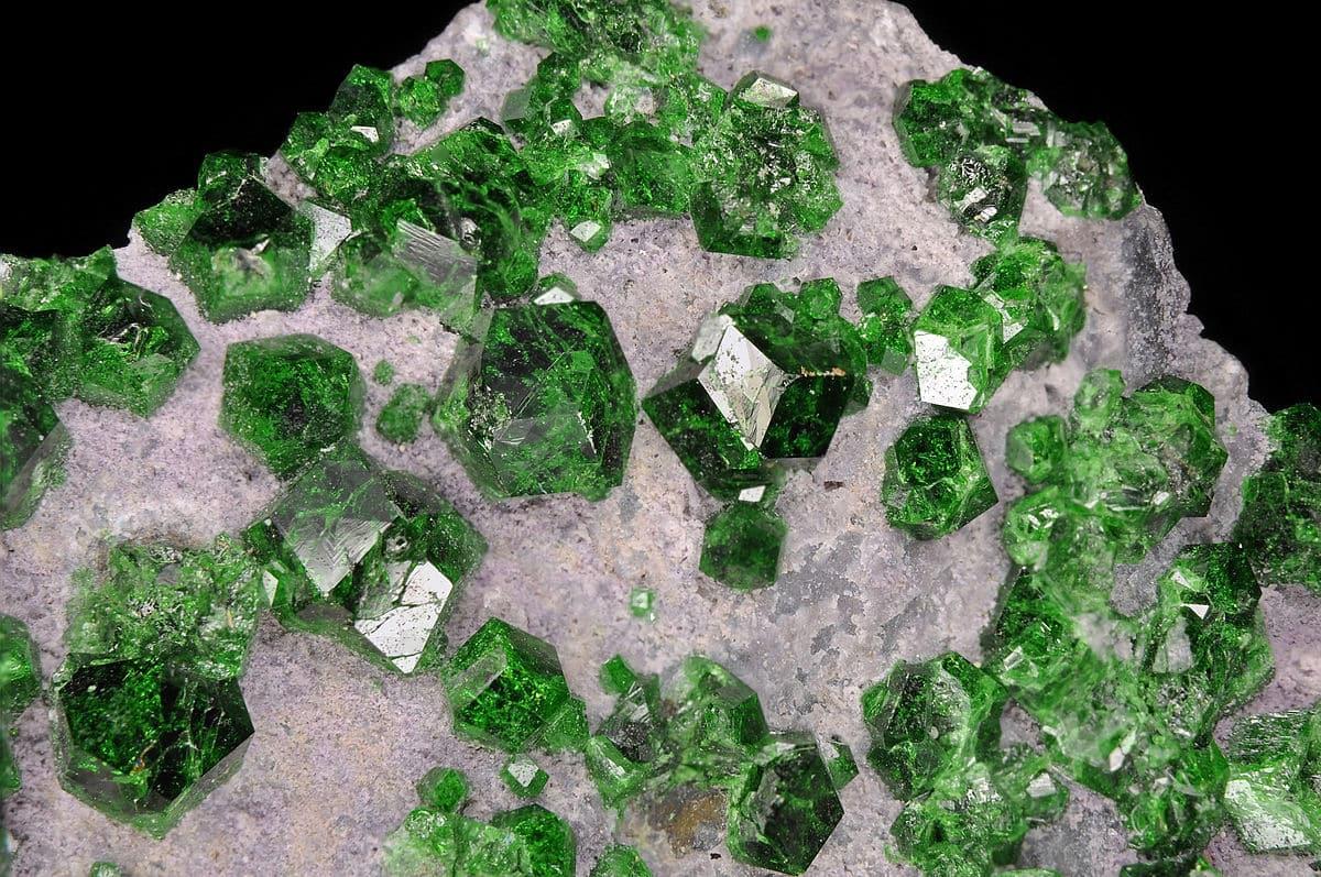 Уваровит - минерал зелёной окраски