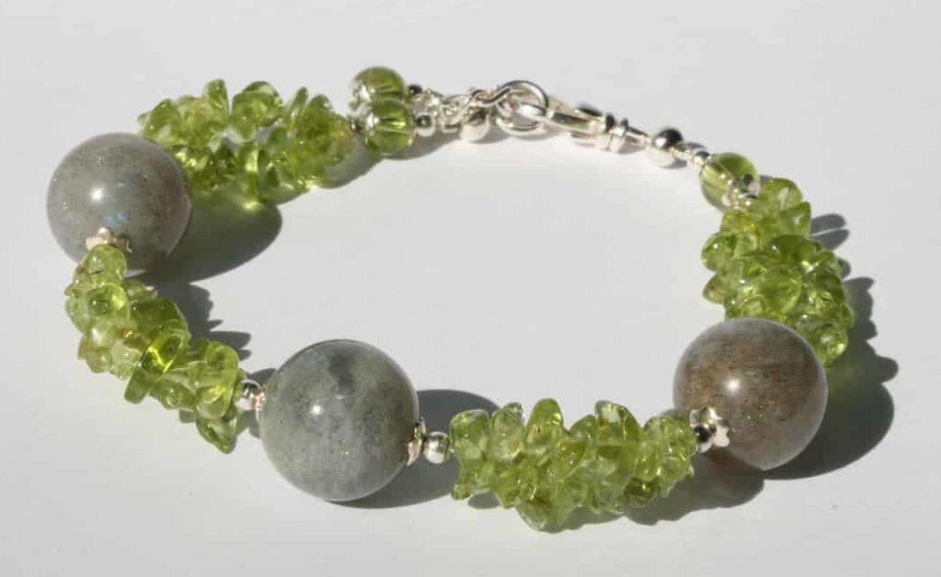 Женский браслет из оливина