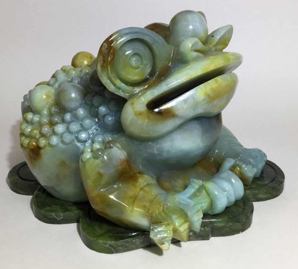 Нефритовая лягушка в качестве оберега и украшения