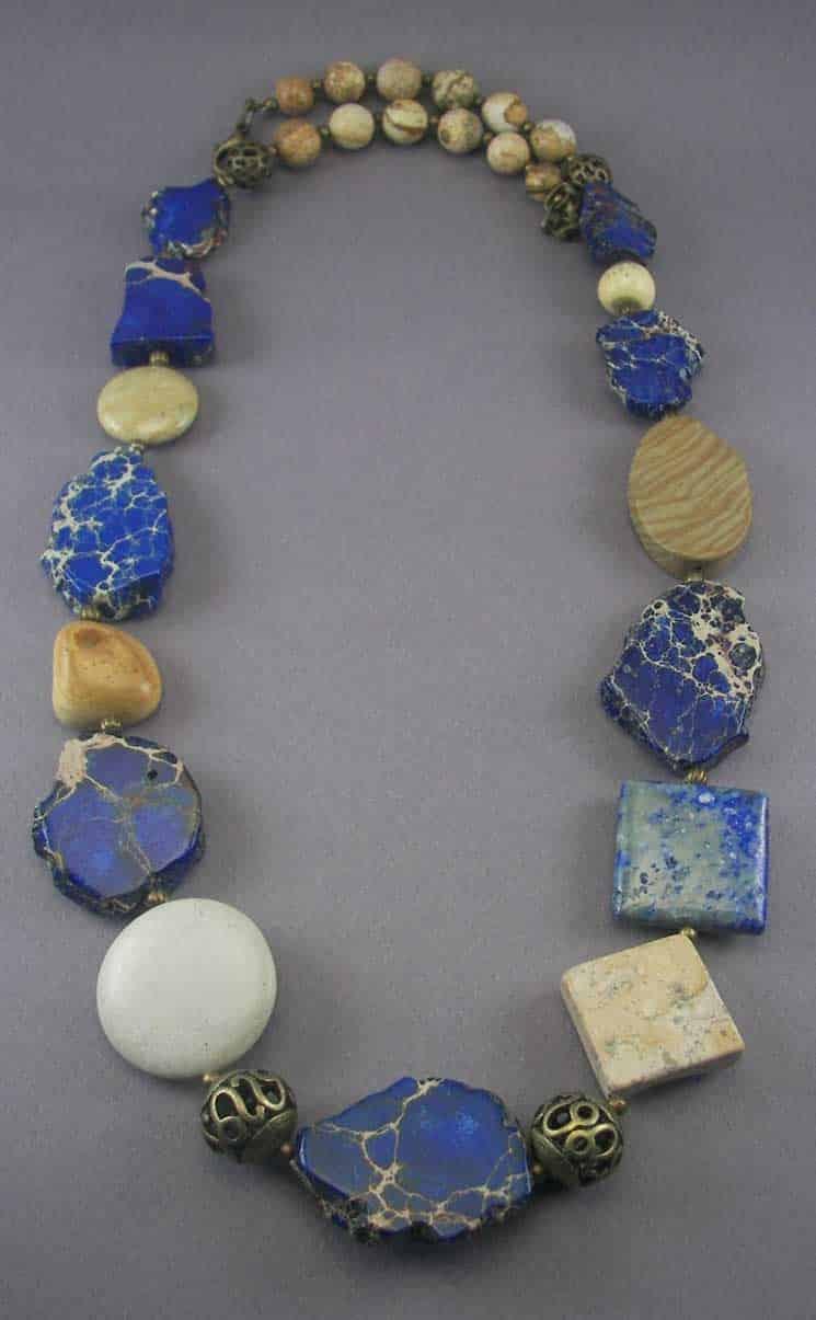 Бусы из лазурита и других непрозрачных камней