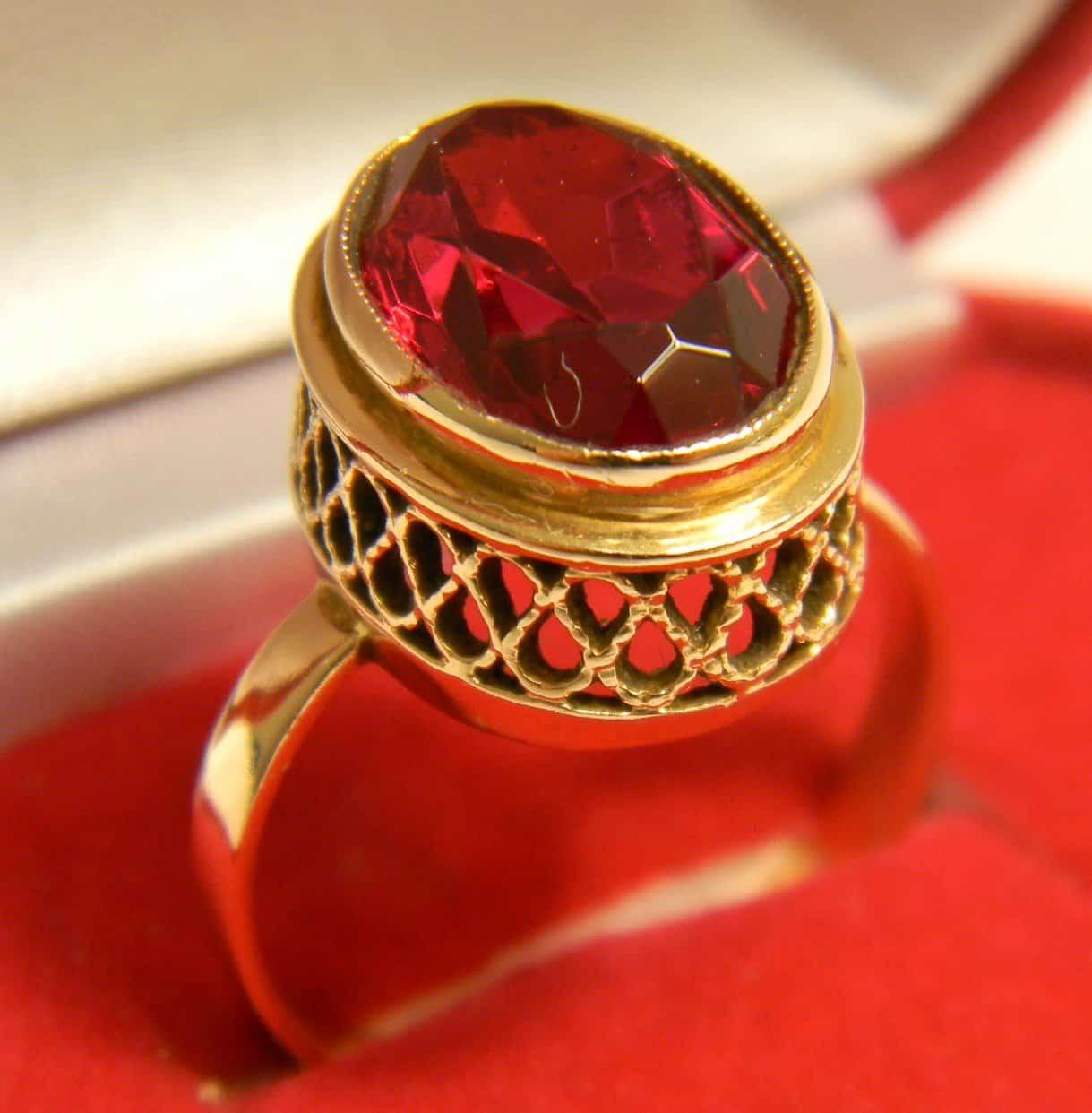 Сочетание золота с красным рубином