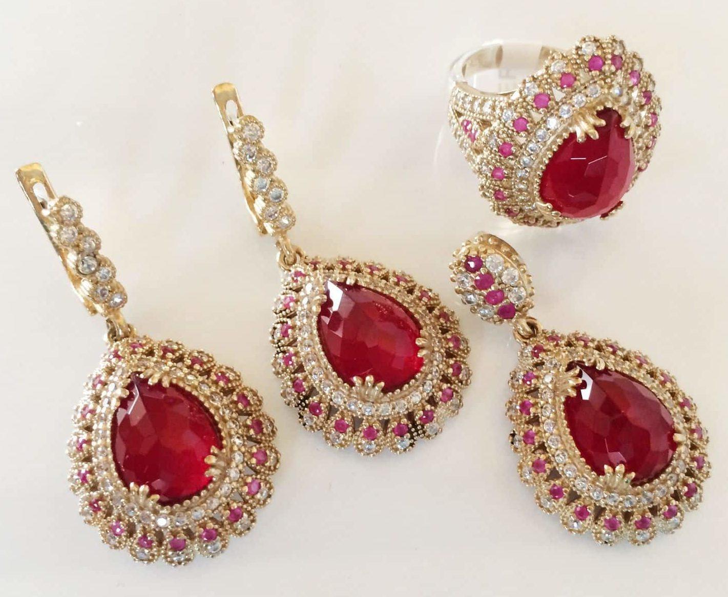 Набор золотых украшений с рубинами