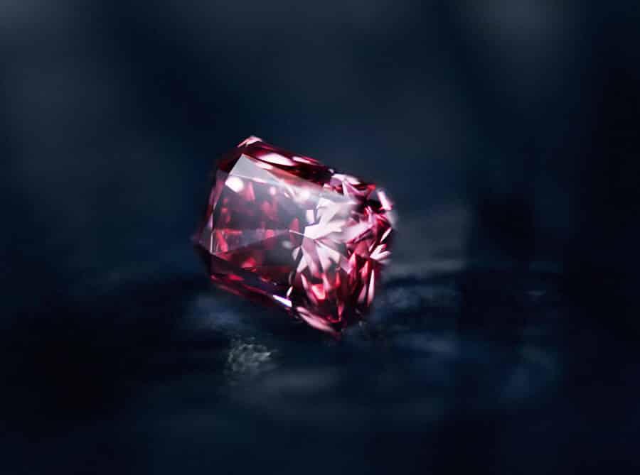 Редкий камень красный алмаз