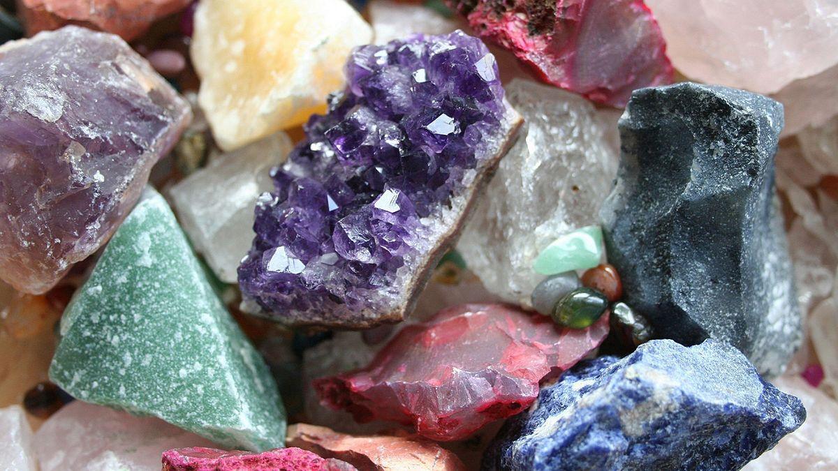 От чего зависит цвет камней