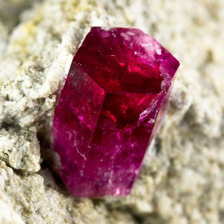 Биксбит редкий драгоценный камень