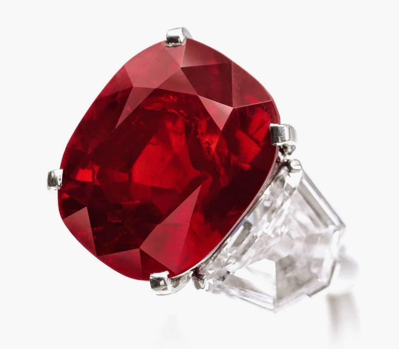 Рубин ярко-красного цвета