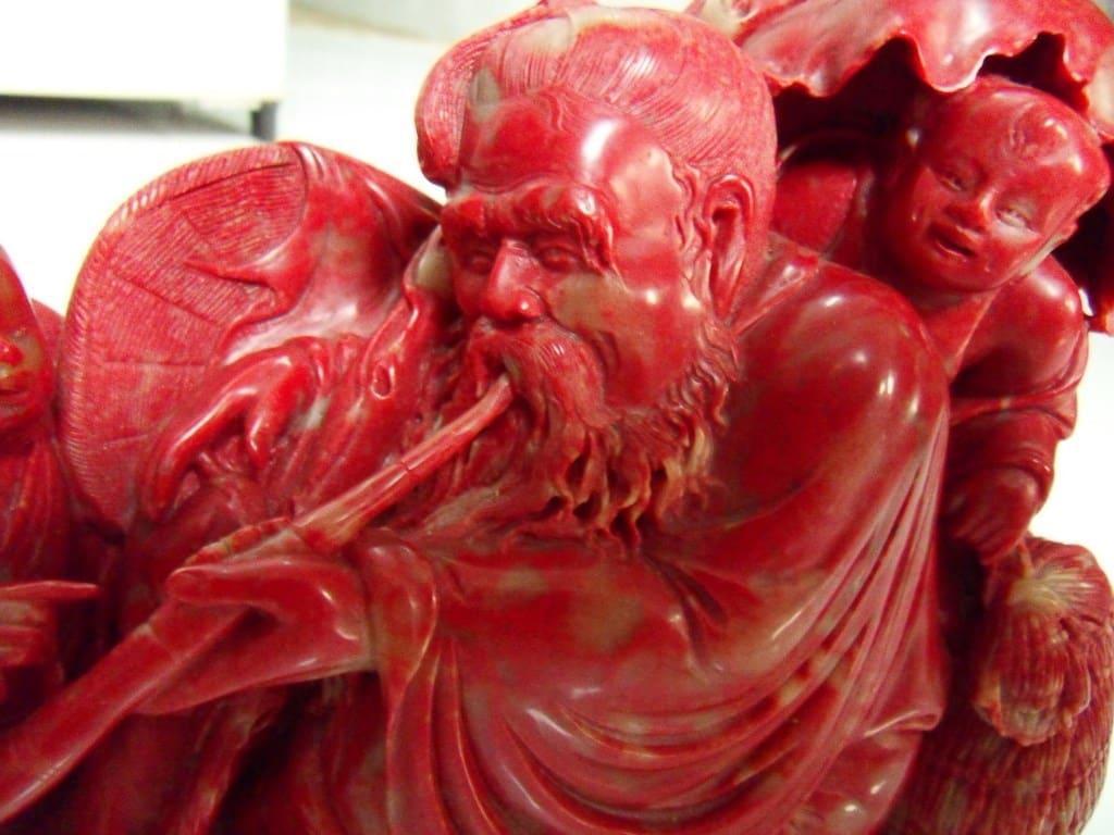 Нефритовая статуэтка красного цвета