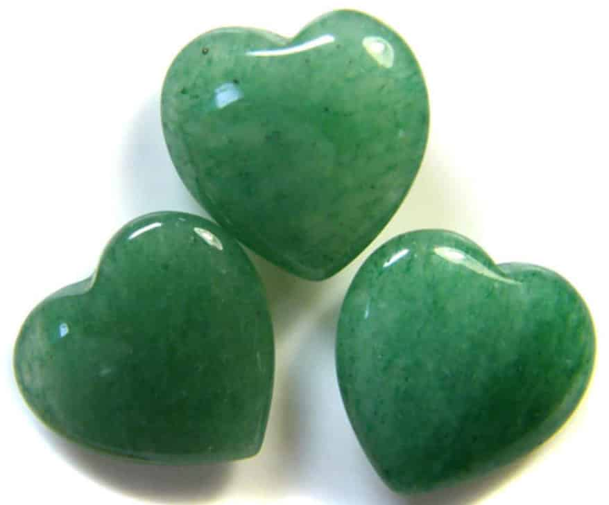Камень нефрит, обработанный в виде сердец