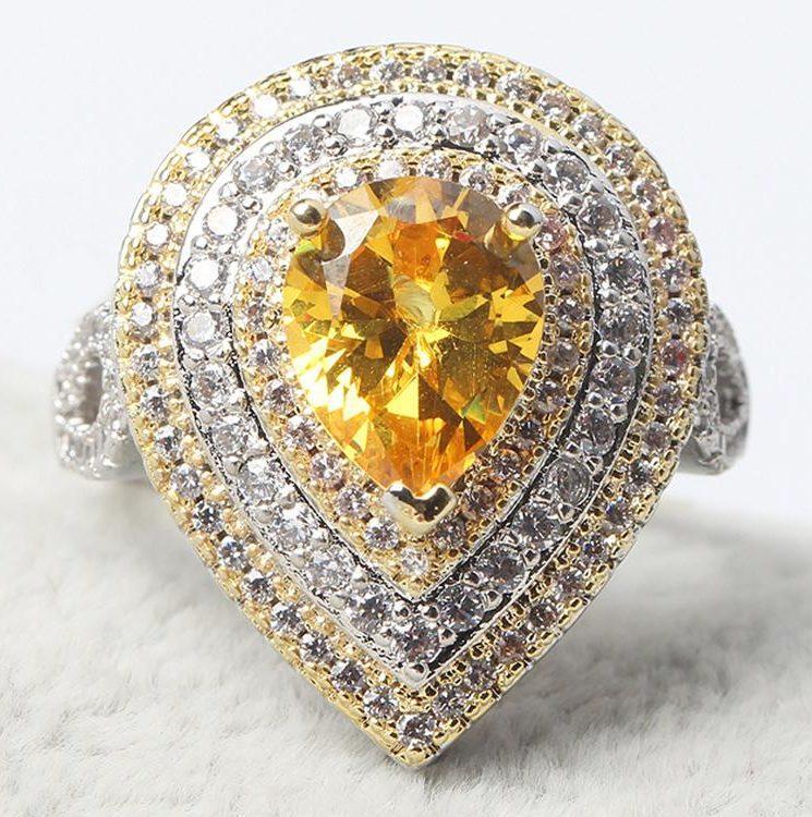 Жёлтый искусственный алмаз, украшающий кольцо