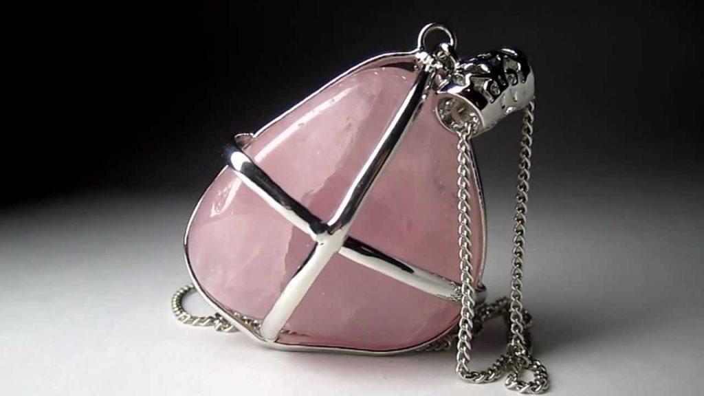 Украшение с розовым кварцем