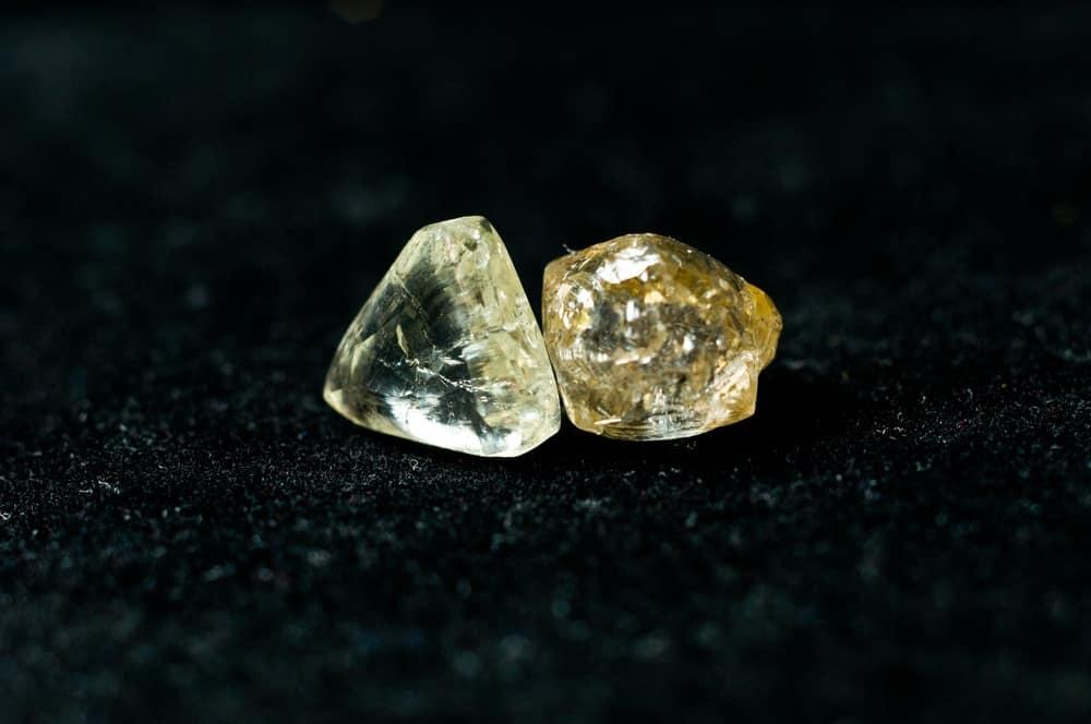 Отличия не ограненного алмаза от бриллианта