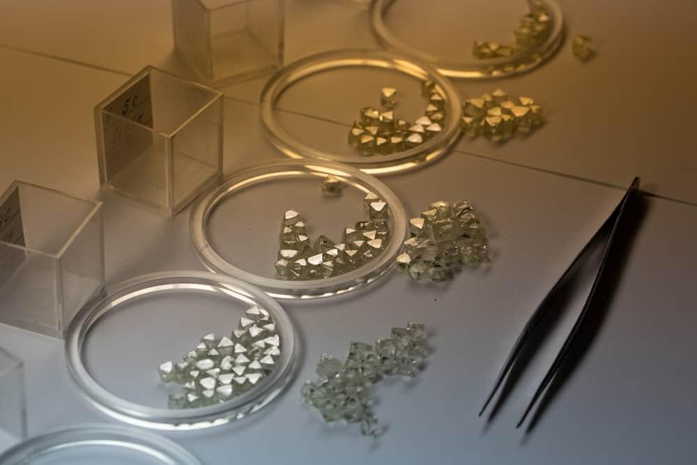 Окраска алмаза и его структура